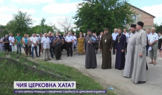 """""""Disgrace procession"""" to UOC priest's house led by OCU clerics in Volyn"""